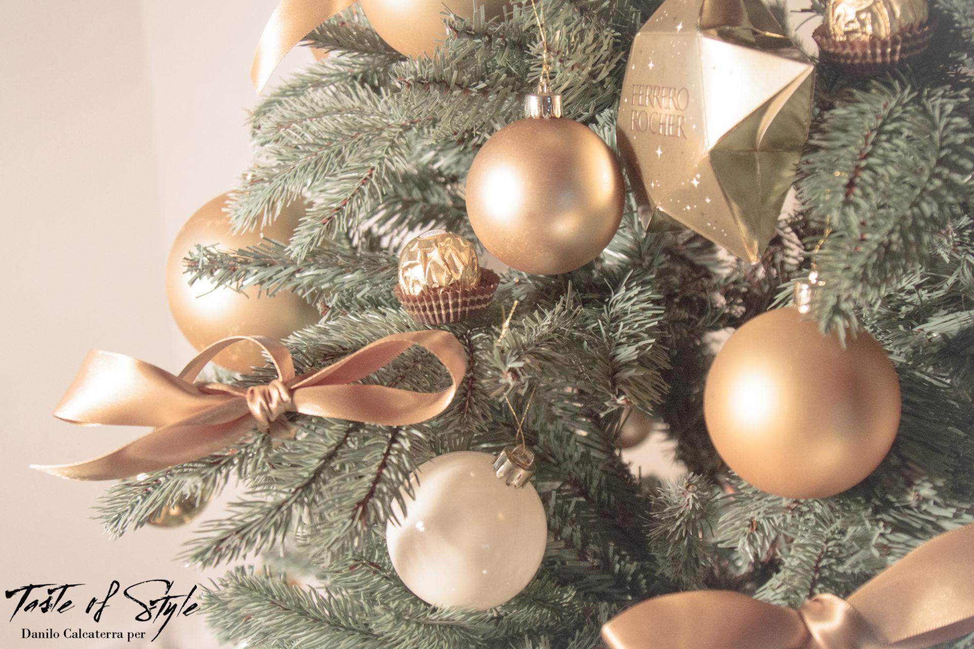 Ferrero Rocher: albero e camino d'oro vestiti - Taste of Style